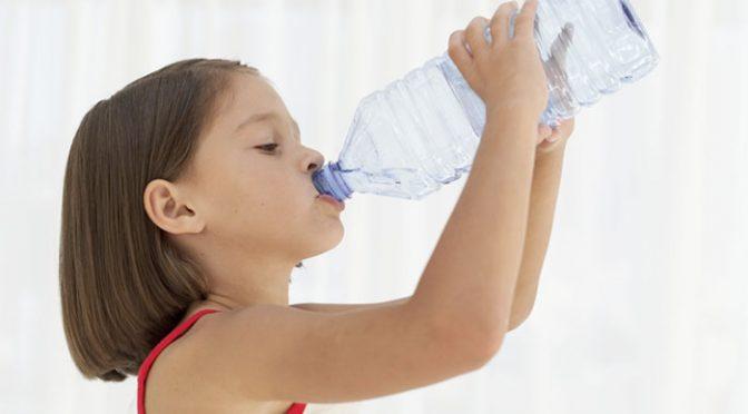 8 причини защо е важно да научите наследника си да пие вода