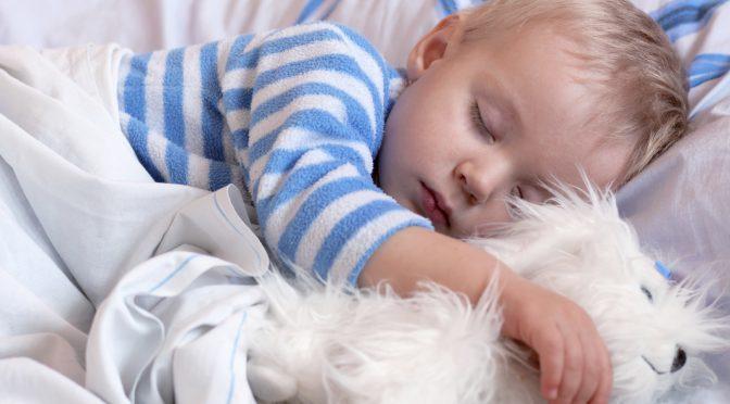 Кога малчуганът започва да спи цяла нощ?