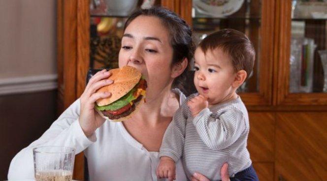 Децата на годинка вече наблюдават какво ядат възрастните