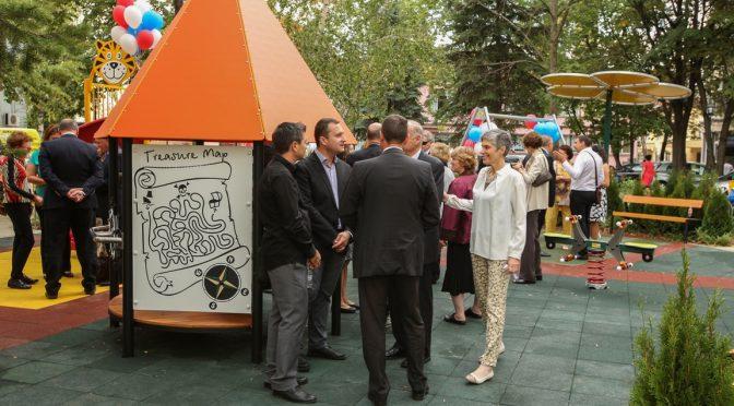 """Нова детска площадка в двора на """"Пирогов"""""""