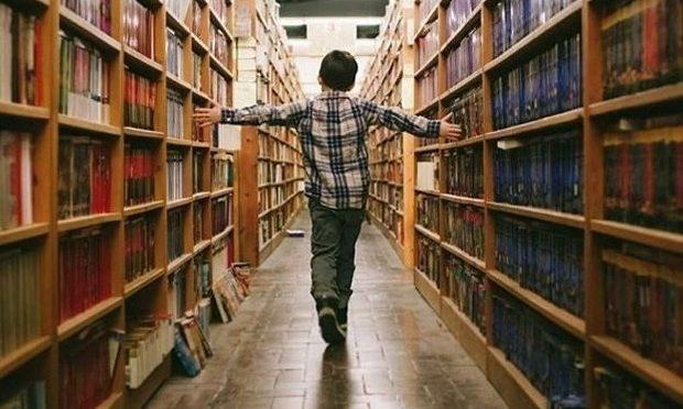 Доброволци помагат на ученици в библиотеката