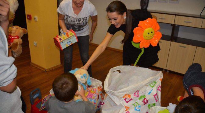 Джина Стоева и Гери Дончева зарадваха деца с подаръци