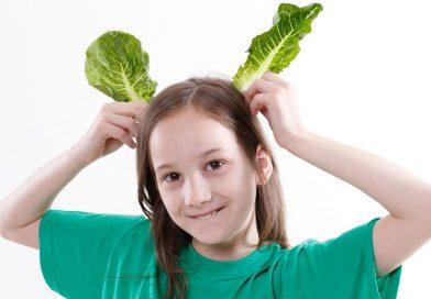 Дете, момиче с две листа салата